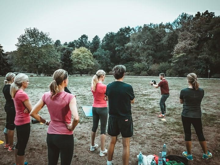 Eine Gruppe Menschen bekommt vom Personal Trainer Mario Schaafstall eine Einweisung ins Bootcamp Rodenkirchen