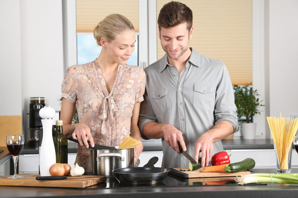 Mann und Frau am kochen